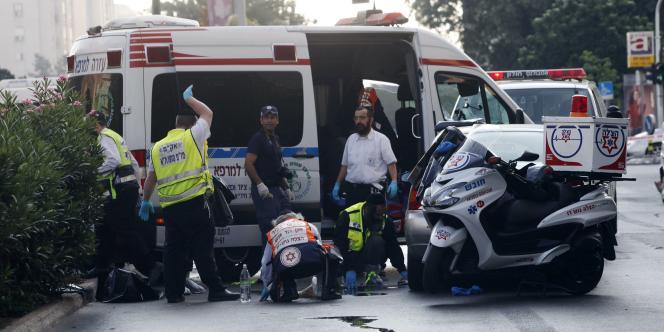 Une équipe de sauveteurs israéliens sur les lieux de l'accident, le 16 septembre 2011.