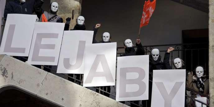 Les salariés de Lejaby ont exprimé leur colère, à Lyon, dans la Cour des Voraces, le 17 janvier,