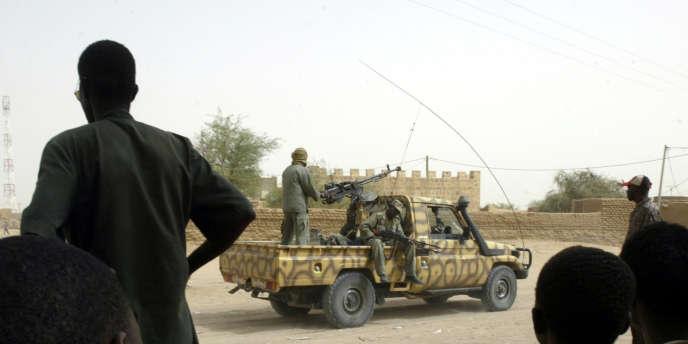 Des soldats maliens patrouillent dans la ville de Kidal, le 27 mai 2006.
