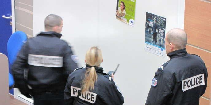 Des agents de Pôle emploi ayant participé à la mise en place d'une souricière pour aider la police à interpeller un présumé fraudeur font l'objet d'une enquête.