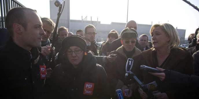 Des militants du Parti communiste tractaient déjà à l'usine PSA de Sochaux quand la candidate du Front national y est arrivée.