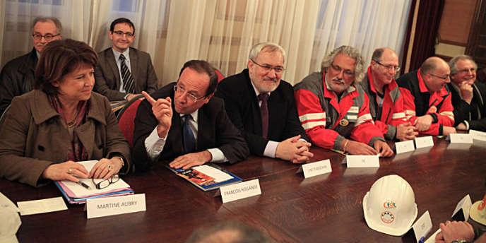 François Hollande et Martine Aubry avec les délégués syndicaux d'ArcelorMittal à la mairie de Gandrange (Moselle), mardi 17 janvier.