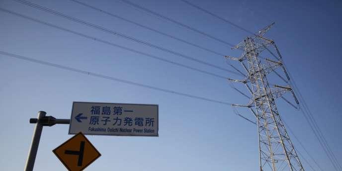 Un panneau indiquant la direction de la centrale de Fukushima à Okuma, une ville à l'intérieur de la zone d'exclusion autour de la centrale endommagée par le tsunami du 11 mars 2011.