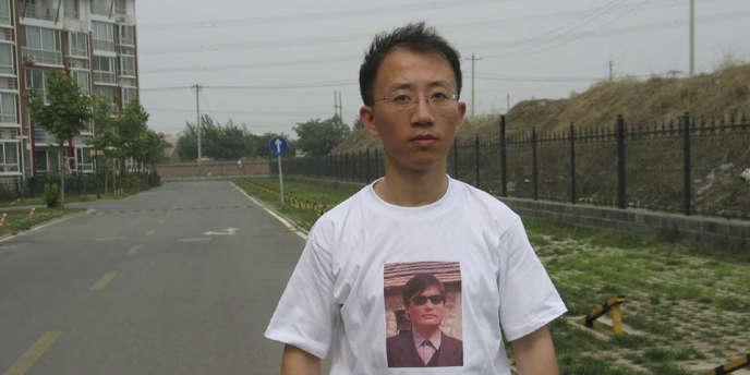 Le 11 janvier 2012, le dissident Hu Jia, arbore un tee-shirt en soutien au militant aveugle Chen Guangcheng. Depuis, Hu Jia est resté muet.