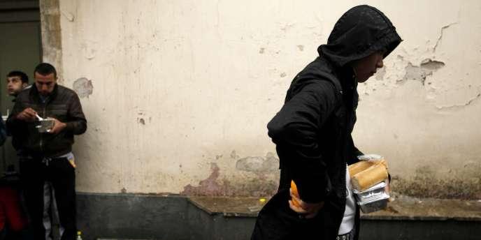 Alors qu'Athènes connaissait sa première journée de grève générale mardi 17 janvier 2012, la pauvreté et l'exclusion ne cessent de progresser - ici, le 22 décembre 2011, une distribution de nourriture à Athènes.