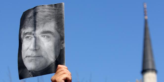 Manifestation devant le Palais de justice d'Istanbul, le 7 juillet 2008, qui reprend le procès des dix-neufs suspects accusés de l'assassinat du journaliste d'origine arménienne Hrant Dink - ici, sur l'affiche.