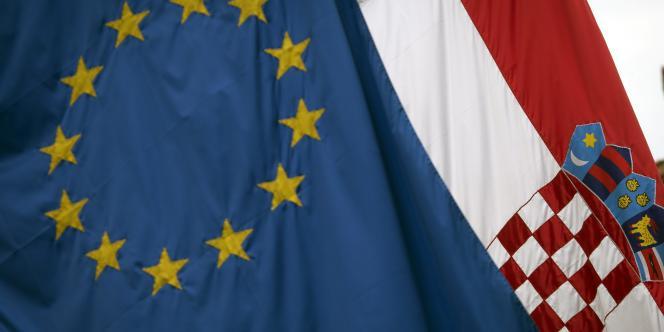 Le drapeau européen et celui de la Croatie, qui a approuvé par référendum, le 22 janvier 2011, son entrée dans l'UE.