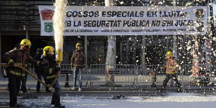 Manifestation de pompiers contre l'austérité en Catalogne, mercredi 18 janvier à Barcelone.