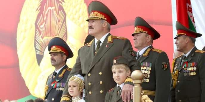 Le président biélorusse Alexandre Loukachenko, le 3 juillet 2011, lors d'une parade militaire à Minsk.