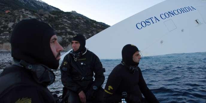Des plongeurs des Carabiniers italiens, à proximité du