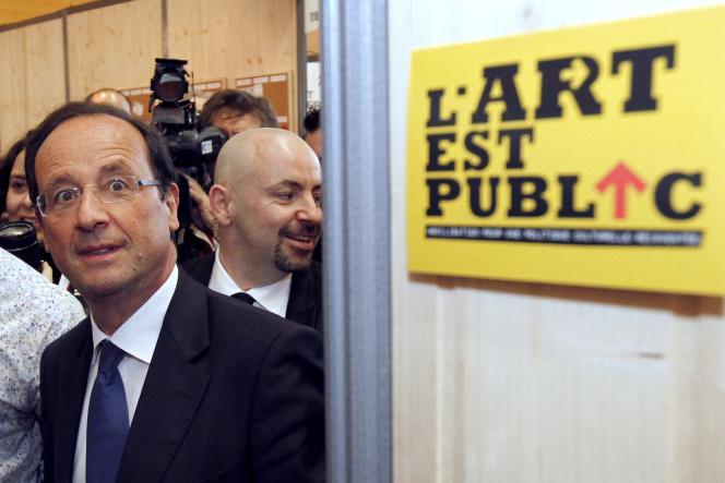 Le candidat socialiste à la présidentielle, François Hollande, lors de sa visite au Salon BIS 2012, le 19 janvier.