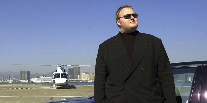 Kim Schmitz alias Kim Dotcom ou Kim Tim Jim Vestor  pose sur un héliport à Hongkong, en 1999.
