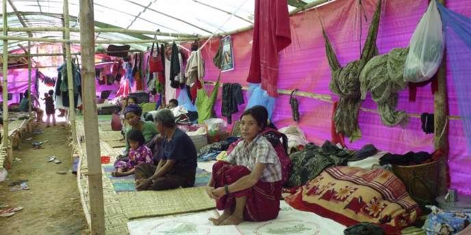 Des réfugiés dans un camp à Myitkyina, dans l'Etat kachin, le 28 décembre 2011.