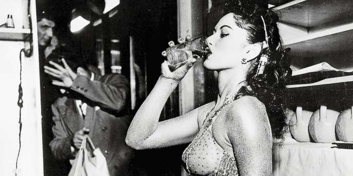 Danseuse  de revue,  en pause (1950). Le photographe s'est toujours demandé pourquoi l'homme au second plan s'était caché à la vue de l'appareil photo.