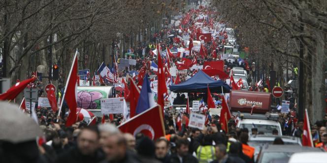 Entre 15 000 et 40 000 personnes ont manifesté samedi à Paris contre le texte, adopté lundi, pénalisant la négation du génocide arménien.
