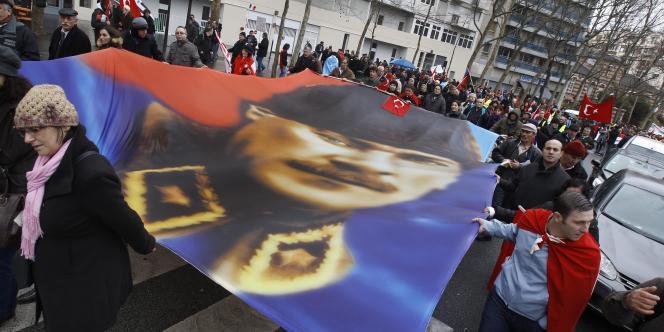 Des manifestants portent une affiche représentant Mustafa Kemal Ataturk, bâtisseur de la République turque sur les décombres de l'Empire ottoman.