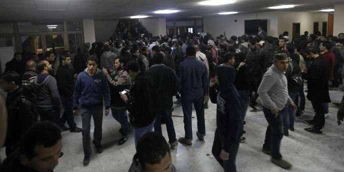 Samedi 21 janvier, jusqu'à 1 500 personnes ont manifesté devant le siège du CNT à Benghazi. Certains y ont pénétré.