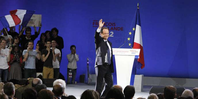 François Hollande à son arrivée sur la scène du Bourget, dimanche 22 février
