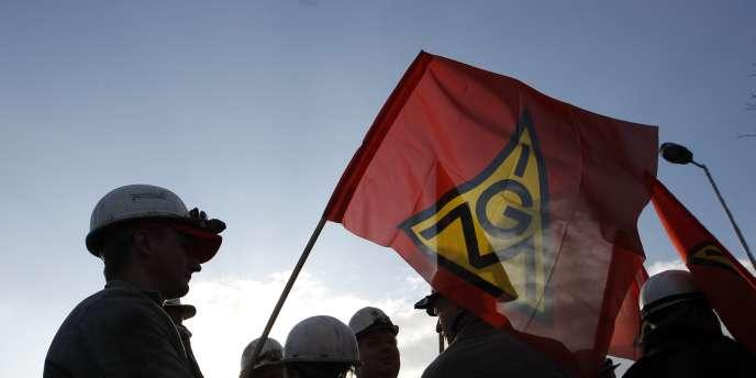 Des salariés allemands de la sidérurgie ont mené une grève sur fond de conflit sur les salaires et l'emploi des jeunes, notamment chez ThyssenKrupp, premier producteur d'acier du pays (ici, des manifestants à Krefeld) en janvier 2012.