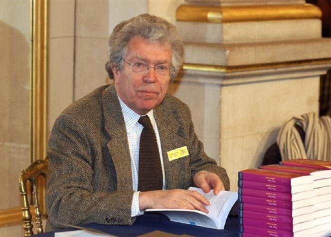 A 77 ans, Pierre Joxe mène désormais une carrière de défenseur de mineurs délinquants : une autre façon de militer - ici, le 5 février 2005 à Paris.
