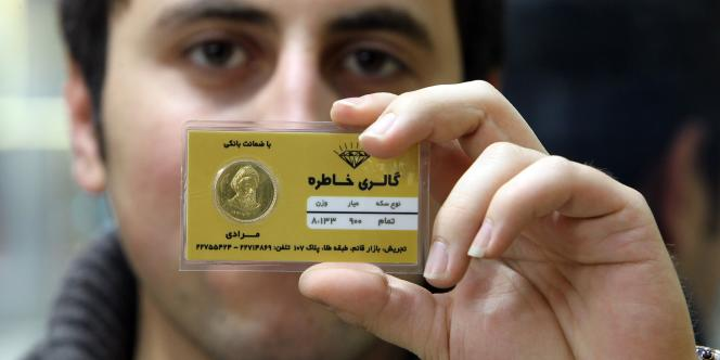 Un trader iranien montre une carte valant 10 millions de rials. La monnaie iranienne a perdu 50 % de sa valeur en un an.