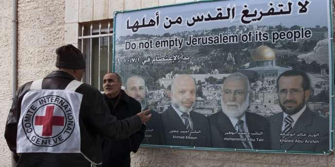 A Genève, un porte-parole du CICR, Hicham Hassan, a jugé que, de ce fait, l'expulsion des deux hommes ne serait