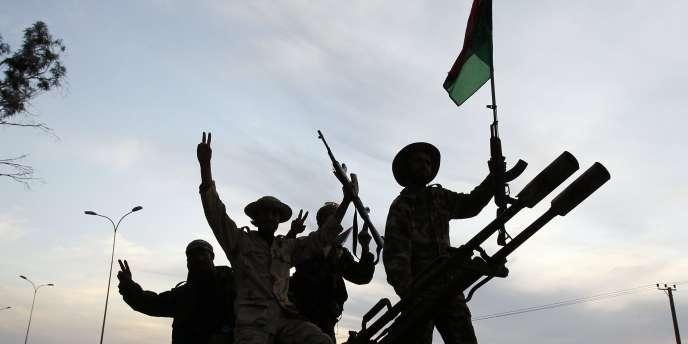 Des combattants du CNT de retour de Syrte entrent dans Benghazi, le 22 octobre.