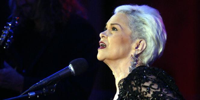 La chanteuse de jazz Etta James en concert à Los Angeles, en juin 2004.