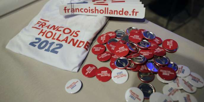 Badges, autocollants et t-shirts distribués lors du meeting de François Hollande au Bourget le 22 janvier