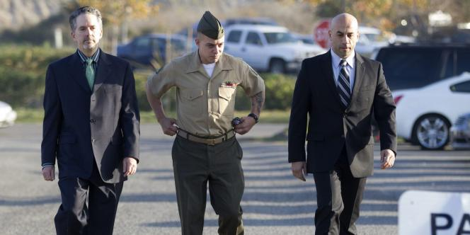 Le sergent Frank Wuterich et ses avocats, Neal Puckett, à gauchet et Haytham Faraj, à droite, le 20 janvier 2012, à Camp Pendleton, en Californie.