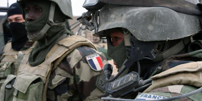 Des soldats français du régiment de l'infanterie de la marine lors d'un briefing dans la province de Wardak, au sud de Kaboul, en Afghanistan, le 17 décembre 2008.