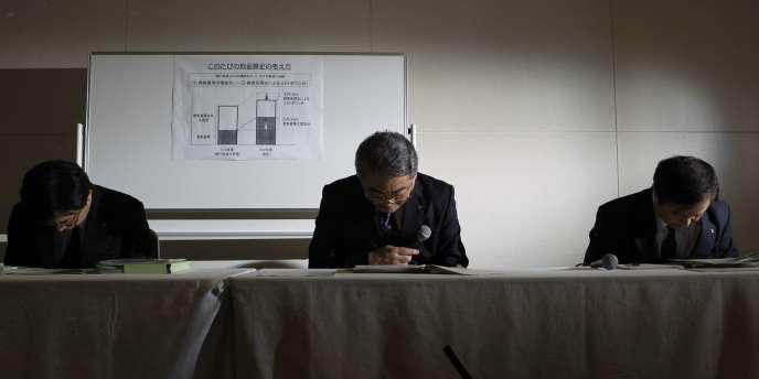 Le patron de Tepco, Toshio Nishizawa, lors d'une conférence de presse au cours de laquelle il annoncait une hausse de 17 % en moyenne des tarifs du courant pour les entreprises.