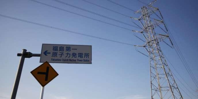 Un panneau indique la direction de la centrale de Fukushima, à Okuma, située dans la zone d'exclusion autour de la centrale endommagée par le tsunami du 11 mars 2011.