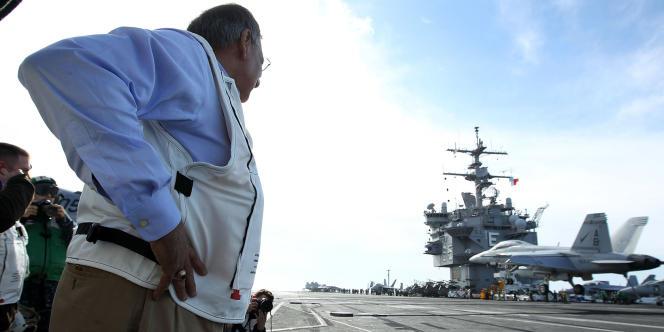 Leon Panetta sur le pont d'envol de l'USS