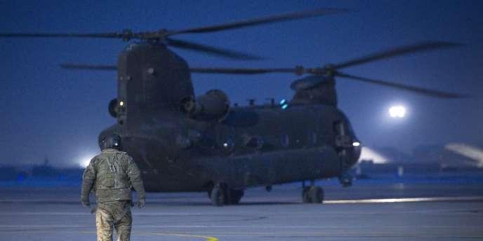 Un hélicoptère américain sur la piste de l'aéroport de Bagram, le 21 janvier 2012.