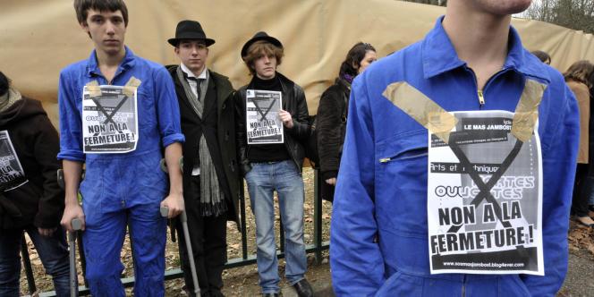 Des élèves du lycée professionnel Mas-Jambost à Limoges manifestent, le 9 janvier, contre la fermeture de leur établissement.