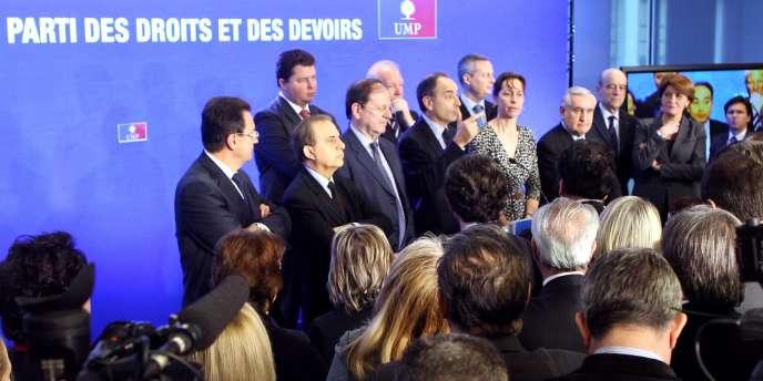 Plusieurs dirigeants de l'UMP réunis autour du secrétaire général du parti, Jean-François Copé, le 24 janvier 2012.
