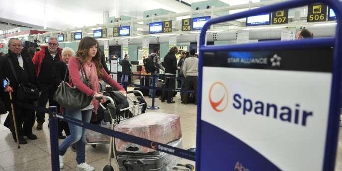 Des centaines de passagers étaient cloués au sol dans plusieurs aéroports espagnols samedi après que la compagnie aérienne Spanair a brutalement mis fin à ses activités, comme ici à l'aéroport de Barcelone