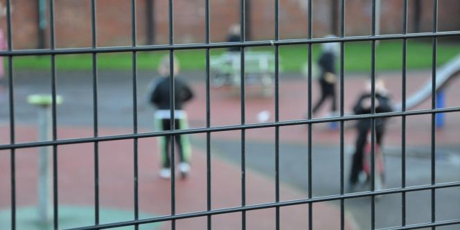 A Belfast, un grillage de plusieurs mètres de haut entoure un jardin pour enfants protestants, situé à proximité du quartier catholique de Shankill.