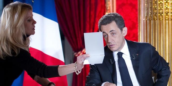 Nicolas Sarkozy se regarde dans un miroir avant le début de l'émission, dimanche 29 janvier.