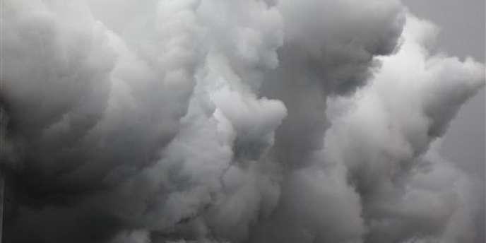 Vapeur mêlée à du dioxyde de carbone et du sulfure d'hydrogène lors d'une expérimentation scientifique visant à séparer le dioxyde de carbone, en Islande.