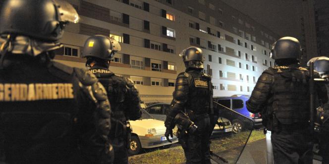 Des membres des forces de l'ordre patrouillent dans le quartier de La Gauthière à Clermont-Ferrand, le 9 janvier 2012, après la mort de Wissam El-Yamni.