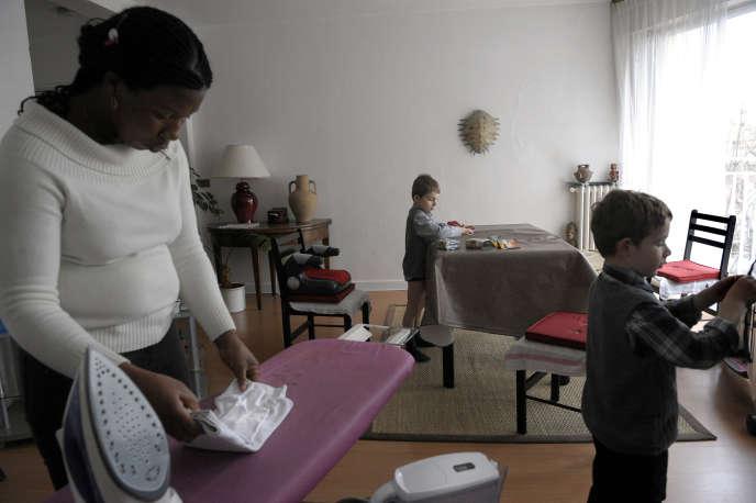 L'Ivoirienne Nicole Djohou garde depuis deux ans Aurélien et Adrien, deux jumeaux de 5 ans, à leur domicile dans le 16e arrondissement à Paris.