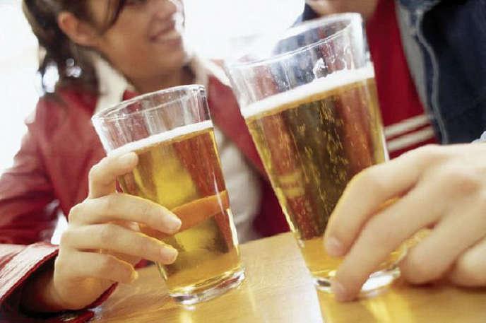 Le sur-risque de décès lié à l'alcoolest diminué, voire parfois annulé, pour les personnes effectuant au moins 150 minutes d'activité physique modérée ou intense par semaine.