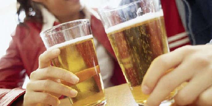 La loi Evin, qui encadre strictement la publicité sur les boissons alcooliques en France, ne sera finalement pas modifiée, comme le craignaient à la fois des structures de santé publique et des acteurs de la filière viticole et vinicole.