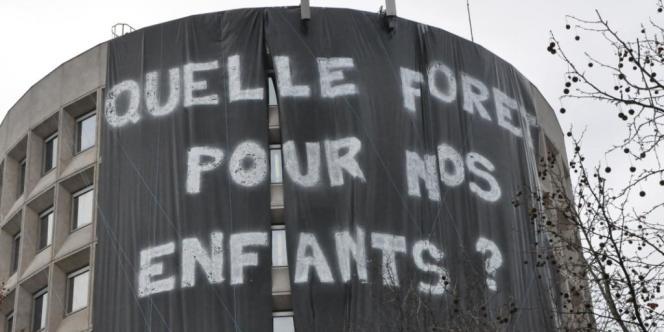 Une banderole déployée sur le bâtiment du siège de l'ONF, à Paris, le 31 janvier.