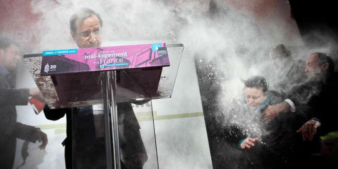 François Hollande prononçait un discours sur le mal-logement au forum de la Fondation Abbé Pierre quand une femme lui a jeté de la farine, le 1er février.
