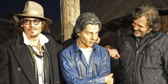 Autour d'une statue représentant Johnny Depp, à Mokra Gora, l'acteur lui-même (à gauche) et le réalisateur Emir Kusturica (à droite).