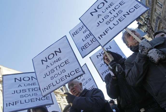 Des membres de la scientologie manifestent devant le palais de justice, à Paris le 2 février.