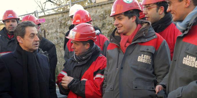 Nicolas Sarkozy et des ouvriers du bâtiment, à Mennecy, le 2 février.